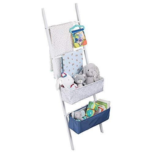 mDesign étagère échelle en bambou – échelle de rangement extravagante et élégante pour la chambre d'enfant – avec crochets & box de rangement pour couches, serviettes ou crèmes – blanc/bleu/gris