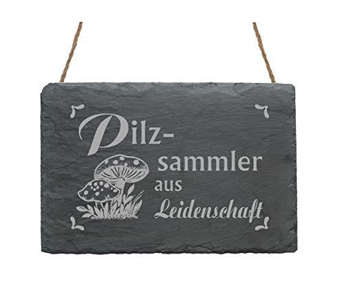 Pizarra decorativa con diseño y texto en alemán. En el diseño se pueden ver moscas. El tamaño de la pizarra es de aprox. 22 x 16 x 0,5 cm. Con los 2 agujeros perforados en la parte superior de la pizarra y la cinta de yute rústica se puede fijar la p...