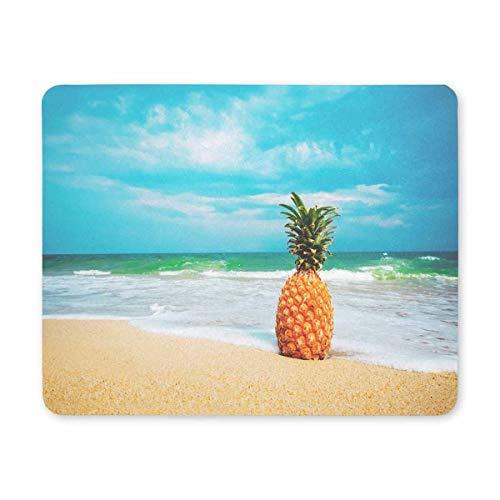 Luancrop Spiel-Mausunterlage Reife Ananas auf dem sandigen tropischen Strand mit klarer Blauer Himmel-Mausunterlage -