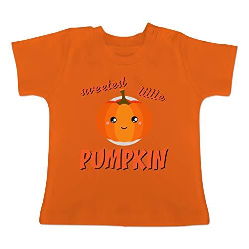 (Anlässe Baby - Sweetest Little Pumpkin Halloween - 6-12 Monate - Orange - BZ02 - Baby T-Shirt Kurzarm)