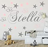 Wandschnörkel® WANDTATTOO Wandaufkleber AA503 mit Namen Kinderzimmer in GRAU Kindernamen+ 20 teiligen Set Schmetterlinge und Sterne in Grau und Pastellrosa Mix Set Mädchen