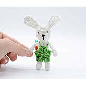 Häkeln Sie handgemachtes Babyhäschen, Miniaturspielzeug, kleines Kaninchen