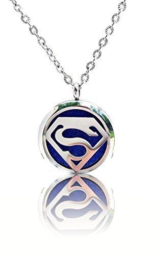 Fika Superman ätherischen Ölen Diffusor aus Edelstahl 316L Anhänger Halskette w/3Farbe Baumwolle Pads