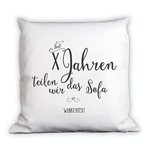 Herz & Heim® Kissen zum Hochzeitstag – seit Jahren teilen wir das Sofa – mit Gratis Namen und Jahreszahl – Hochzeitstag Geschenk