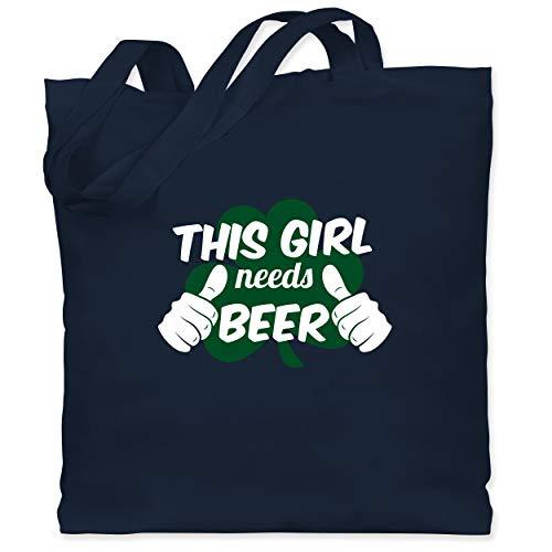St. Patricks Day - This Girl needs Beer Kleeblatt - Unisize - Navy Blau - WM101 - Stoffbeutel aus Baumwolle Jutebeutel lange Henkel (Navy Girl Kostüm)