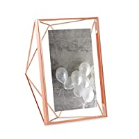 Con le cornici in filo metallico Prisma di Umbra si apre una nuova dimensione nel campo della presentazione delle immagini. Grazie alle due lastre di vetro, all'interno delle quali à fissata la foto, sembra che la foto galleggi. La cornice pu...