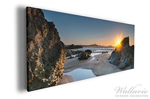 Wallario XXXL Riesen- Leinwandbild Sonnenuntergang hinter einem Felsen am Strand - 80 x 200 cm in...