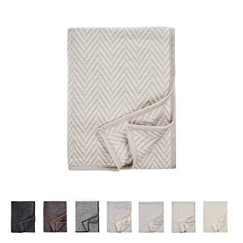 AKION Germany Wohndecke mit Fischgrätmuster zum Einkuscheln - Wolldecke perfekt für das Sofa oder Bett - Luxus Kuscheldecke hellbraun / weiß 150 x 200 cm - luxuriöse und hochwertige Decke