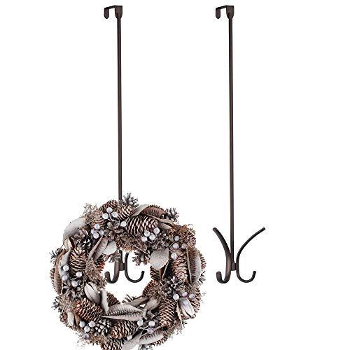 mDesign 2er-Set Türhaken aus Metall - Türkranz-Haken ohne Bohren perfekt für Türdeko - 61 cm Lange Halterung zum Über-die-Tür-Hängen für Weihnachtskranz oder Weihnachtssocken - bronzefarben