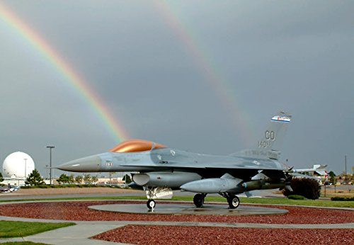 The Poster Corp Stocktrek Images - Rainbow Shines on an F-16 Fighting Falcon Static Display Kunstdruck (43,18 x 27,94 cm) Static Display