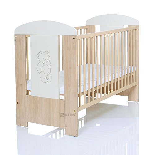 Lit bébé 'OUR' 120x60 en pin gravée avec l'application avec matelas en mousse