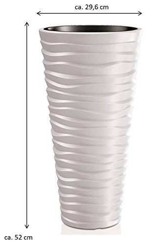 Pflanztopf der in moderner Wellen Optik mit herausnehmbaren Einsatz in mittlerer Größe. Aus robustem Kunststoff in Alpinweiß. Maße Ø x H in cm: 29,6 x 52 cm
