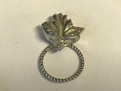 Klein Maple Leaf tg241Emblem aus feinem englischen Zinn Brosche Drop Hoop Halterung für Gläser, Stift, ID Schmuck geschrieben von uns Geschenke für alle 2016von Derbyshire UK... -