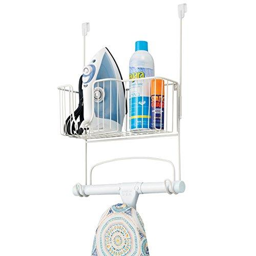 mDesign Bügelbretthalterung ohne Bohren – Bügelbrett Aufbewahrung auch zum Verstauen von Bügeleisen und Waschmittel geeignet – praktische Türaufhängung für mehr Stauraum – weiß