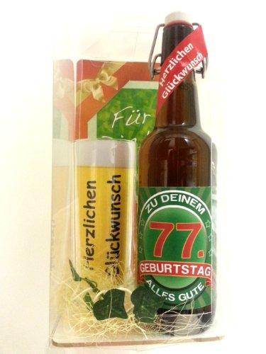 Preisvergleich Produktbild Geschenk Set,  Bierset Bier Geschenk zum 77. Geburtstag das bei Frau und Mann immer gut ankommt,  Bierflasche mit Etikett,  Glas Bierkrug und Geschenk Postkarte