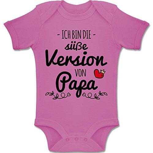 Shirtracer Vatertag Baby - Ich Bin die süße Version von Papa - 3-6 Monate - Pink - BZ10 - Baby Body Kurzarm Jungen Mädchen (Und Baby Mama-outfit)