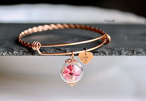Personalisierter Armreif roségoldfarben mit Blüten in rosapink in einer Glaskugel und Herz mit Buchstaben Gravur/Geschenk für Sie