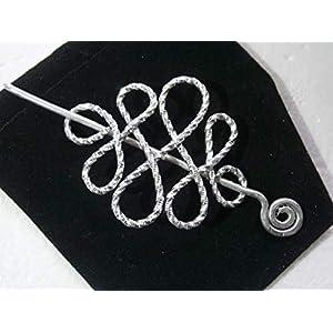 Tuchnadel klein diamantiert gehämmert keltischer Knoten Alu in silberfarben als Geschenk