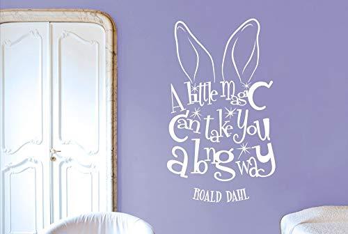 Roald Dahl Zitat Aufkleber EIN wenig Magie können Sie einen Langen Weg Vinyl Wandaufkleber Hasenohren Für Kinder Kinderzimmer Dekor SY 94 * 57 cm - Arbeitsplatte Magie