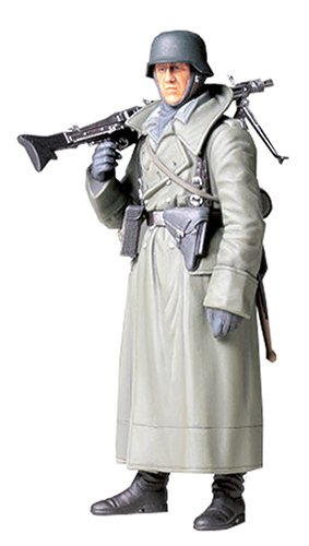 TAMIYA 300036306 - 1:16 WWII Figur Deutsche Soldat mit Mantel und MG