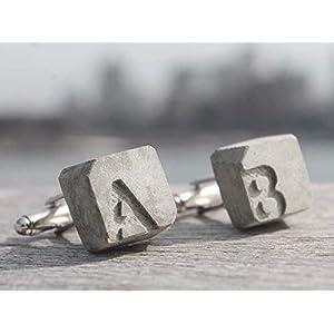 Manschettenknöpfe Beton mit Initialen   becrete von Betonidee   2 cufflink in Schmucketui   personalisiertes Männer-Geschenk mit Gravur