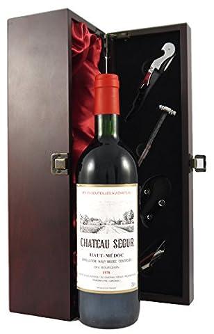 Chateau Grand Puy Lacoste 1982 Pauillac Grand Cru Classeedler Wein in einer mit Seide ausgestatetten Geschenkbox. Da zu vier Wein Zubehör, Korkenzieher ,Giesser ,Kapselabschneider ,Weinthermometer (Pauillac Grand-)