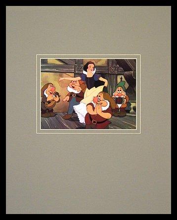 Germanposters Walt Disney (Snow White and The Seven Dwarfs) Snow White with Dwarfs Poster Bild Kunstdruck im Alu Rahmen in schwarz 40x50cm (Snow White Bilderrahmen)