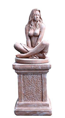 Tiefes Kunsthandwerk Dekofigur Sexy Lady auf Säule in Terrakotta- erotische Frauenfigur - schöne nackte Frauen Statue als Wohndeko