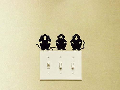 Tres Pequeños Monos Inteligentes Yacen En El Suelo Jugando Con Varias Pegatinas...