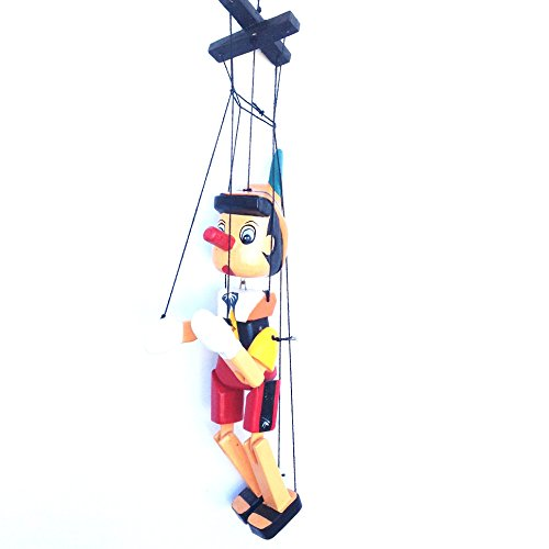 Pinocho de madera con cuerdas