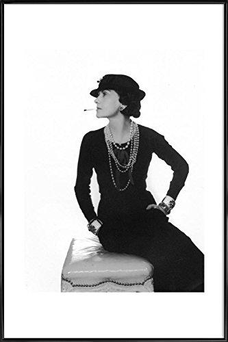 """JUNIQE® Bild mit Rahmen 30x45cm Schwarz & Weiß Prominente - Design """"Coco Chanel"""" (Format: Hoch) - Wandbilder, Gerahmte Bilder & Gerahmte Poster von unabhängigen Künstlern - Kunst von Ikonen, Promis, Stars - entworfen von Vintage Photography Archive (Prominente Bilder)"""