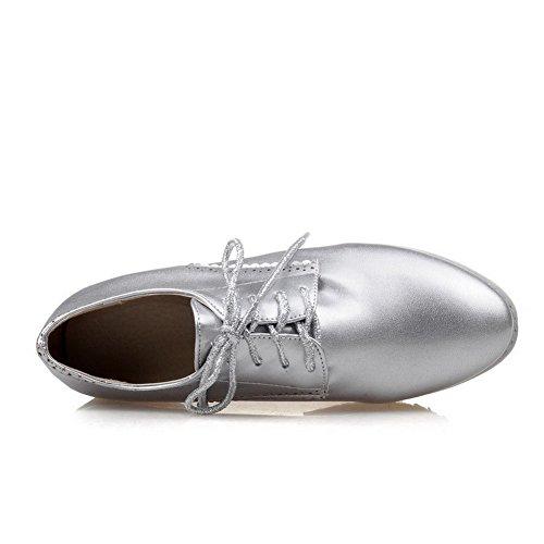 AllhqFashion Damen Lackleder Schnüren Rund Zehe Mittler Absatz Rein Pumps Schuhe Silber
