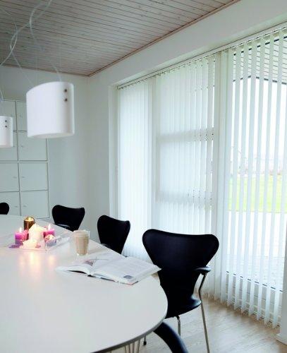 Lamellenvorhang / Vertikalanlage ~ Farbe: weiss ~ Höhe: 250 cm ~ Breite im Angebot wählbar ~ hier in (BxH): 240x250 cm ~ Vertikaljalousie ~ Lamellenbreite: 89mm