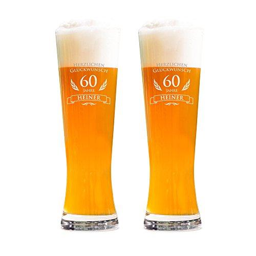 AMAVEL 2er Set Weizenbierglas – Gravur zum 60. Geburtstag – Personalisiert mit [Namen] – 0,5l Bierglas – Individuelles Weizenglas – Weißbierglas Gläserset – Geburtstagsgeschenk für Männer
