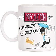 Taza Precaución Veterinario en prácticas. Taza divertida para licenciados en veterinaria de regalo para las