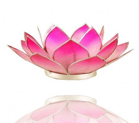 GESCHENKIDEE/DEKO: Stylisher Halter für Teelichter aus Capiz-Muschel in Form einer dreiblättrigen Lotusblüte im Farbverlauf mit silberfarbener Einfassung