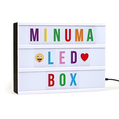 Minuma® LED Kino-Lichtbox | Lightbox in A4-Größe mit 110 bunten Buchstaben, Zahlen + Emojis | Betrieb der Deko-Leuchte über USB-Kabel oder Batterie | Energieklasse A+