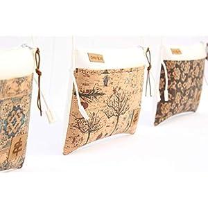 Handtasche aus Kunst-Leder in WEISS mit Reißverschluss und einer Aussen-Tasche aus Kork-Leder in TREES sowie mit farblich passender Kordel in Leder-Optik