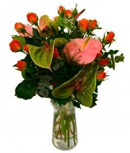 ramo-de-flores-naturales-muy-frescas-elaborado-con-anthurium-y-rosas-ramificadas-50-cm-de-altura-env