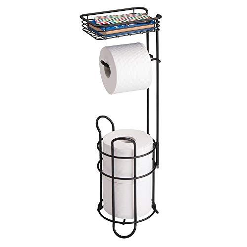 mDesign Porta carta igienica autoportante con mensola - Pratico porta rotolo bagno in metallo - Funzionale portarotolo carta igienica da terra - nero opaco