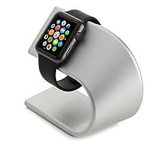 Der außergewöhnlich edle Apple Watch Ständer von Arktis wurde quasi für Ihren Schreib- oder Nachttisch konstruiert. Das anmutige Design passt sich problemlos jeder Umgebung an und strahlt nur so vor Qualität und Eleganz.  Das fliegenleichte, echte Al...