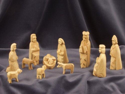 KINDERKRIPPE 11-teilig. Krippenfiguren in Bethlehem handgeschnitzt aus Olivenholz. Höhe der stehenden Figuren circa 9 cm.