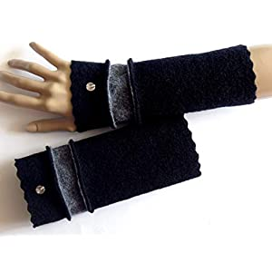 Armstulpen/Pulswärmer: Walkwolle (Walkloden, Kochwolle) in Schwarz und in Grau; Charm (Designer-Perle)