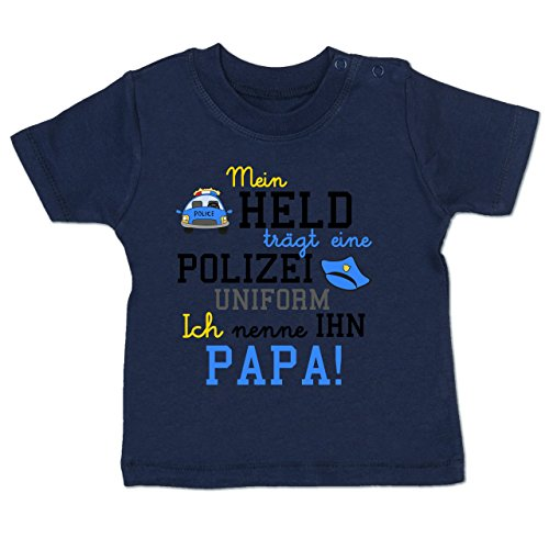 Baby - Mein Held Trägt eine Polizei Uniform - 6-12 Monate - Navy Blau - BZ02 - Babyshirt Kurzarm (Blauen Kragen Der Uniform)