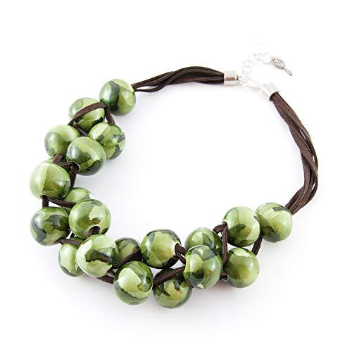 Kurze Halskette für Frauen Modeschmuck. Choker aus Harzkugeln und Wildlederschnur. Schicker und eleganter Anhänger. Grün
