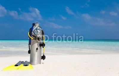 druck-shop24 Wunschmotiv: Taucherflasche mit Taucherbrille, Flossen und Atemregler am Strand #104685845 - Bild auf Forex-Platte - 3:2-60 x 40 cm/40 x 60 cm