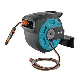 GARDENA Wand-Schlauchbox 15 roll-up automatic: Schwenkbare Schlauchtrommel, inkl. Wandhalterung mit Systemteilen und Spritze, inkl. 15 m GARDENA Qualitätsschlauch, mit kurzen Arretierstops (8022-20)