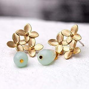 Außergewöhnliche romantische Edelstein-Ohrringe/Ohrstecker gold: Matt vergoldete Blüten-Ohrstecker mit einem zarten türkis bis hellblauen Amazonit-Tropfen, das perfekte Geschenk