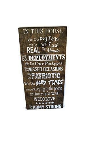 qidushop Einsatzgeschenk Geschenk für Ehemann in This House We do Deployment, Militär, Familienschild, Militär, Familienregeln, Holzschild, Wandkunst, Wohnzimmer, Schlafzimmer, Dekoration