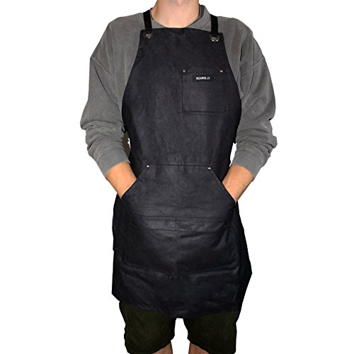 Robuste Arbeitsschürze Herren / Damen gewachstes Segeltuch, wasserdicht, schwarz von Bizarre.ly - einstellbar bis XXL, guter Sitz - ideal für Zuhause oder im Workshop - Taschen für Werkzeuge & Smartphone (Besticktes Hut Leinen)